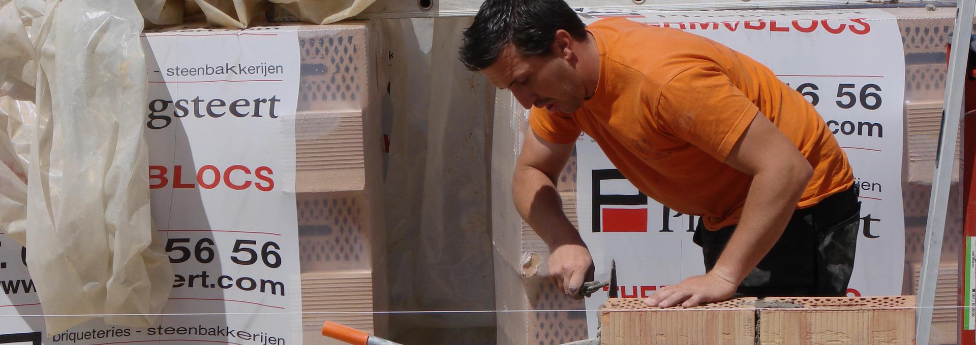 Construction-pavement-maçonnerie-béton lissé-klinkers-Sébastien Clavie au travail : maçonnerie d'un mur .